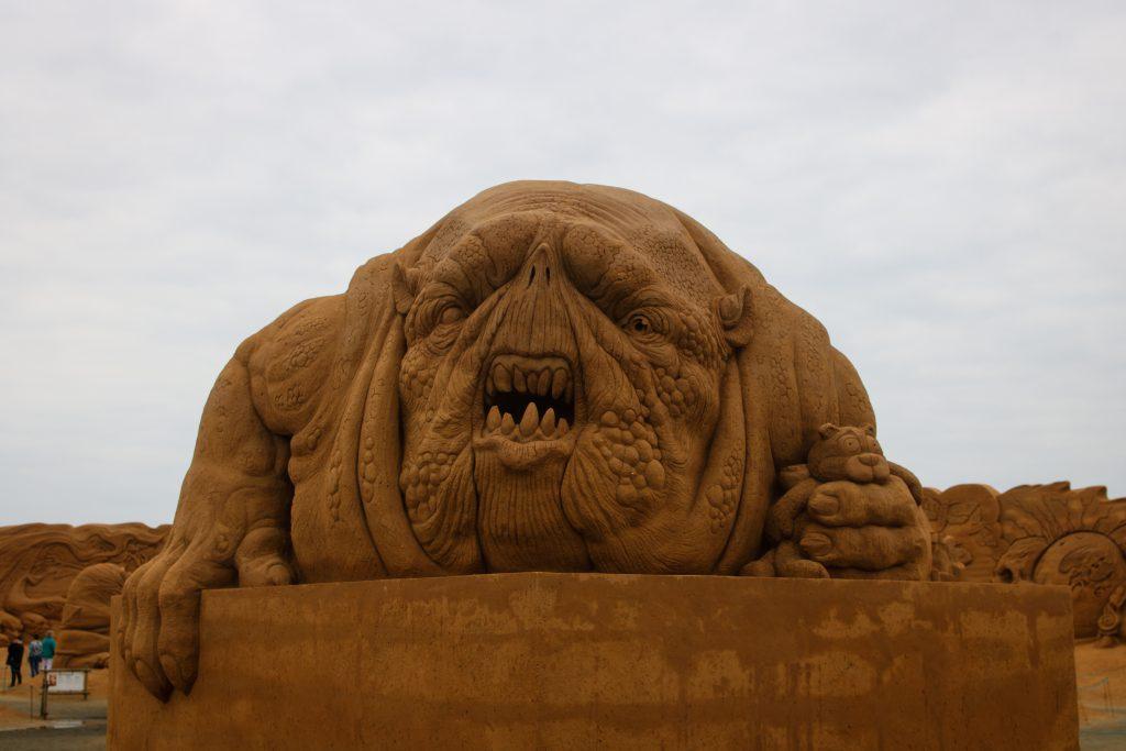 Eine Sandskulptur eines Monsters