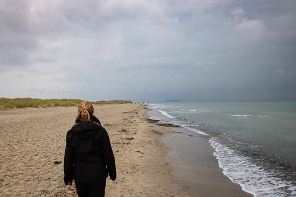 Jessi geht am Strand in Skagen spazieren.