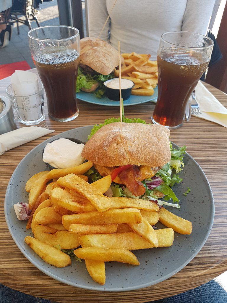 Einer der Besten Burger die wir je gegessen haben mit frischen Pommes und einer tollen Knoblaumayo.